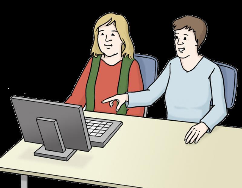 Zwei Frauen sitzen vor einem Computer.  Eine Frau hilft der anderen Frau und erklärt ihr etwas.