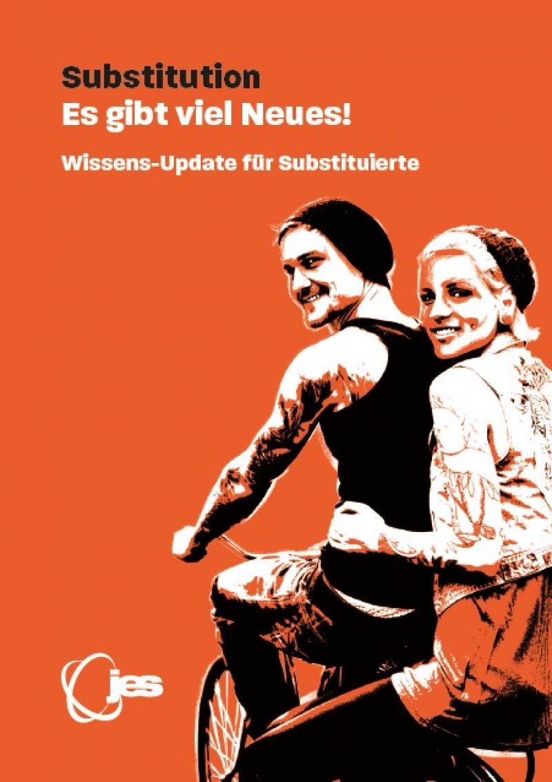 """Oranger Hintergrund, Mann auf Fahrrad, Frau auf Gepäckträger sitzend, Titel """"Substitution: Es gibt viel Neues! Wissens-Update für Substitutierte"""""""