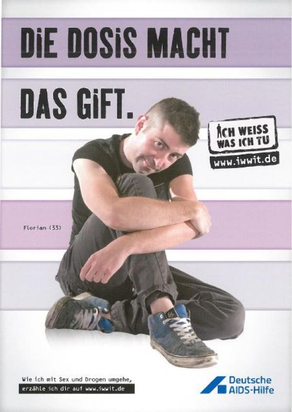 """Mann in grauen Jeans und schwarzem Muscleshirt sitzt auf dem Boden. Überschrift """"Die Dosis macht das Gift"""""""