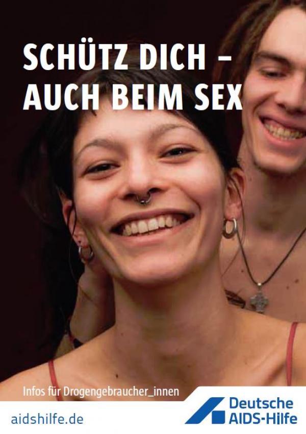 """Portraitansicht zweier Drogengebraucher_innen, Titel: """"Schütz dich - auch beim Sex"""""""