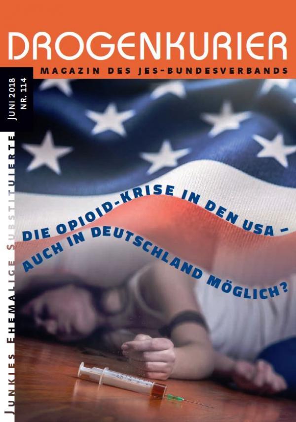 """Drogenkurier Nr. 114. Zu sehen ist eine Frau unter der amerikanischen Nationalflagge, die am Boden liegt. Im Vordergrund liegt eine Spritze mit einem Opioid. Titel """"Die Opioid-Krise in den USA - auch in Deutschland möglich?"""""""