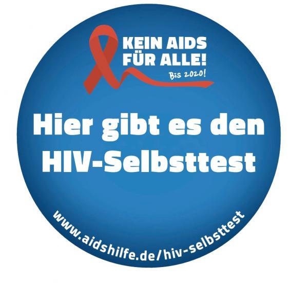 """Blauer Hintergrund, rote Aids-Schleife. Aufschrift in weiß. """"Hier gibt es den HIV-Selbsttest"""" und Internetlink """"www.aidshilfe.de/hiv-selbsttest"""""""