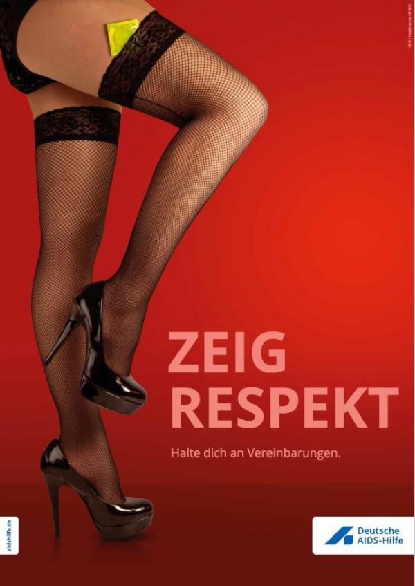 """Beine einer Prostituierten vor rotem Hintergrund. Im Strumpf ist ein Kondom. Titel """"Zeig Respekt! Halt dich an Vereinbarungen."""""""