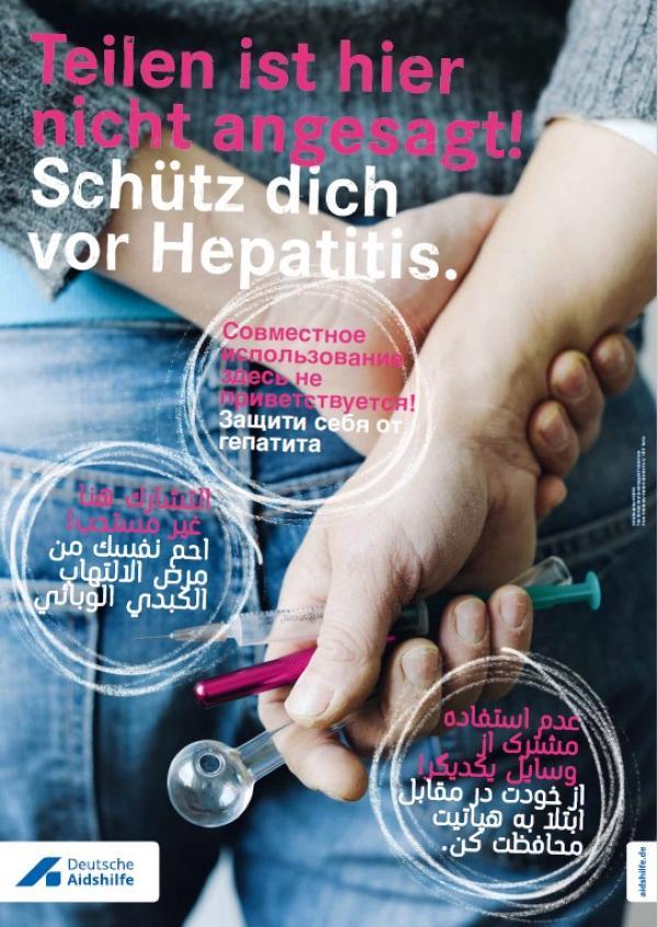 """Hände hinter dem Rücken, welche Konsumutensilien halten. Titel """"Teilen ist hier nicht angesagt. SChütz dich vor Hepatitis"""" auch in den Sprachen Russich, Arabsich und Farsi."""