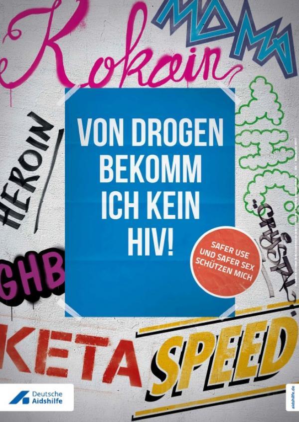 """Wand mit Grafiti im Hintergrund. IM Vordergrund die Aufschrift """"Von Drogen bekomm ich kein HIV! - Safer Use und Safer Sex schützen mich."""""""