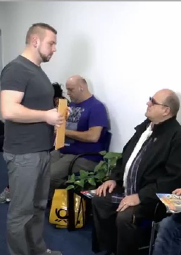 Menschen sitzen im Wartezimmer einer Arztpraxis
