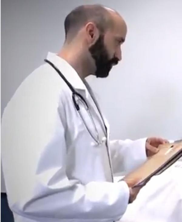 Ein Arzt steht vor einem Krankenbett im Krankenhaus