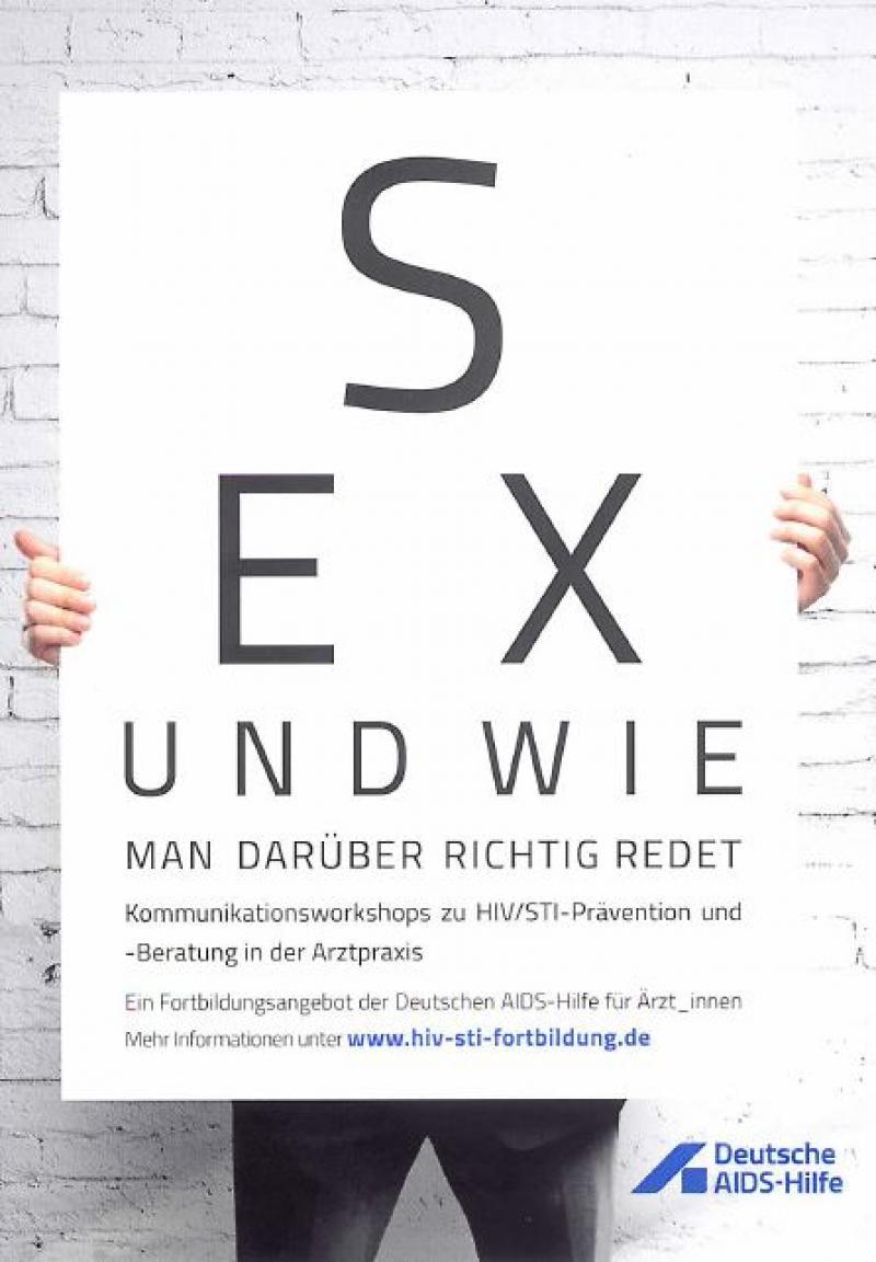 """Person welche eine Tafel mit der Titelaufschrift """"Sex und wie man darüber richtig redet"""" hochält"""