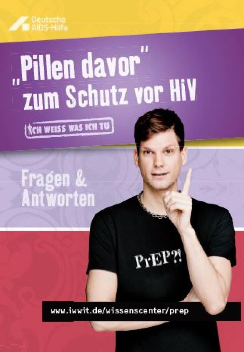 """Junger Mann in schwarzem T-Shirt mit der Aufschrift PrEP. Titel der Broschüre """"PiIlen davor zum Schutz vor HIV - Fragen und Antworten"""""""