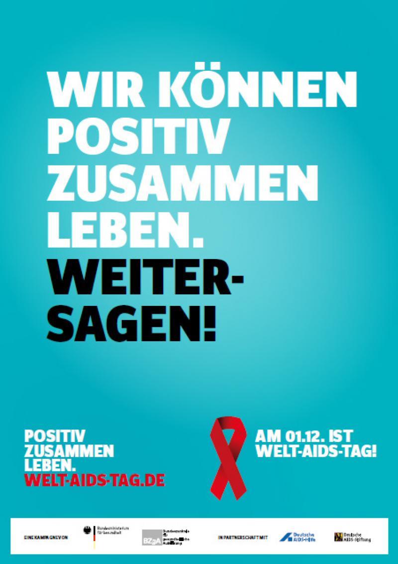 """Weiße und schwarze Schrift auf grünem Hintergrund """"Wir können positiv zusammen leben. Weitersagen!"""". Darunter der Link zur website welt-aids-tag.de"""