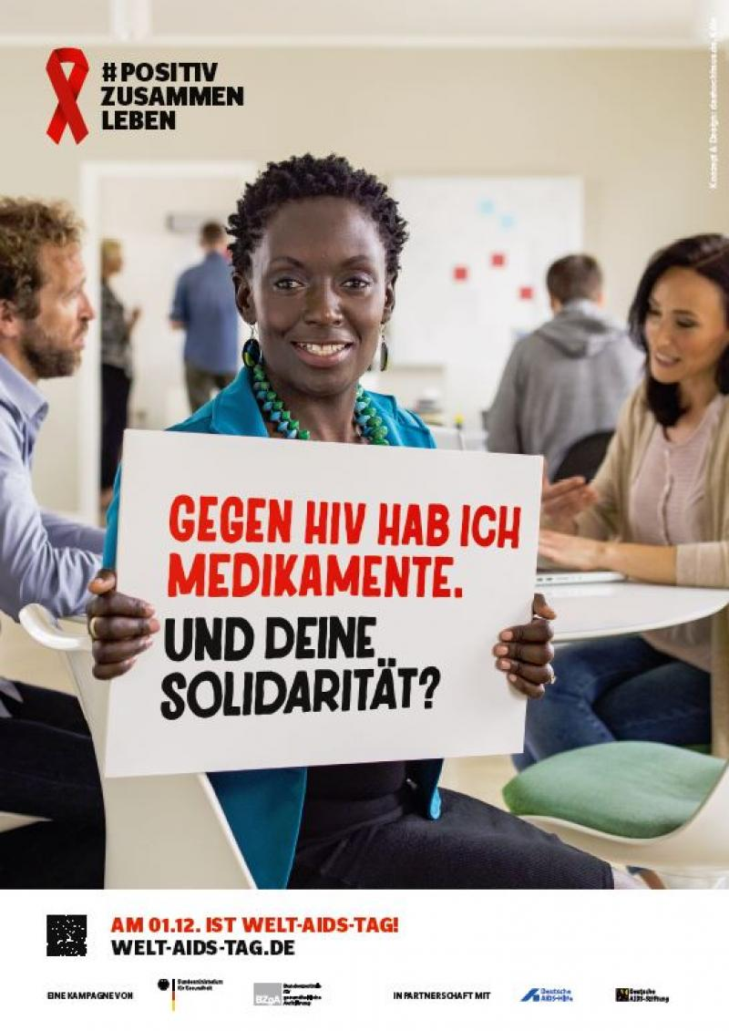 """Afro-Amerikanische Frau mit SChid in der Hand. Aufschrift: """"Gegen HIV hab ich Medikamente. Und Deine Solidarität?"""""""