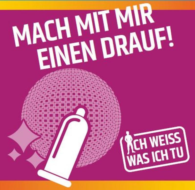 """Piktogram Kondom vor Diskokugel auf lila Hintergrund. Titel """"Mach mit mir einen drauf!"""""""