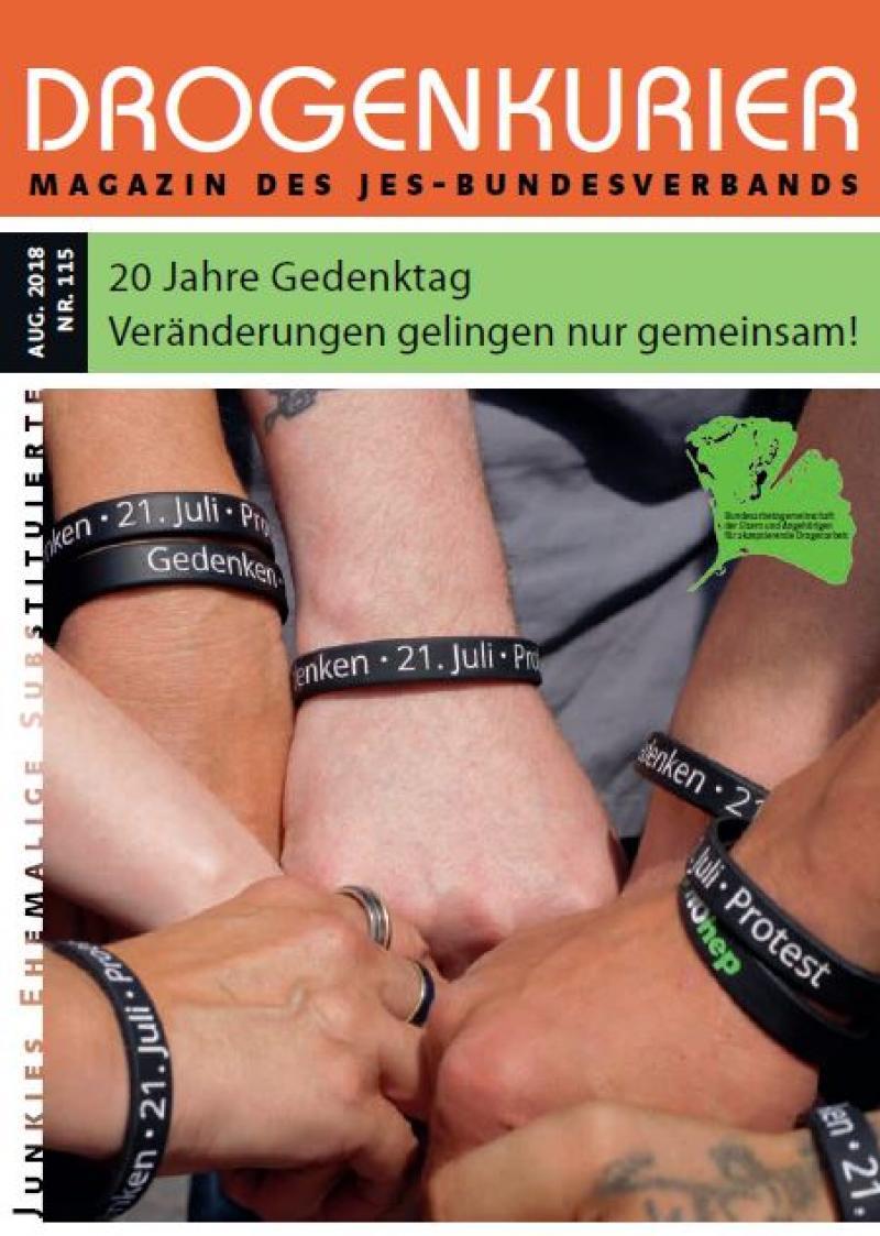 """VerschiedeneHände zur Faust geballt mit Motivationsarmband """"Gedenken - 21. Juli - Protest"""". Titel: Drogenkurier Nr. 115"""