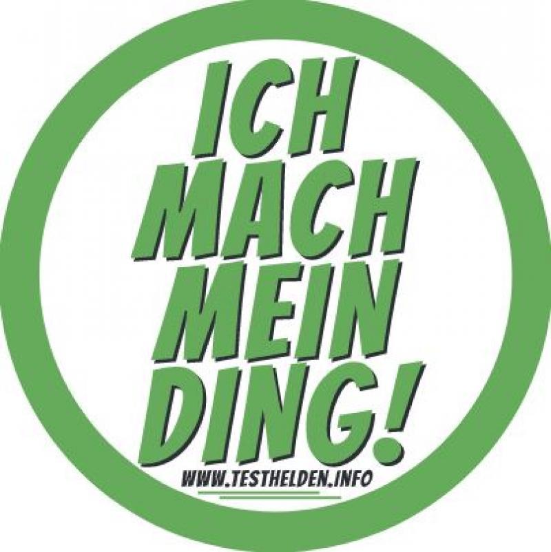 """Aufkleber aus der Kampagne """"Testhelden"""". Grüne Umrandung, in der Mitte der Spruch """"Ich mach mein Ding!"""""""