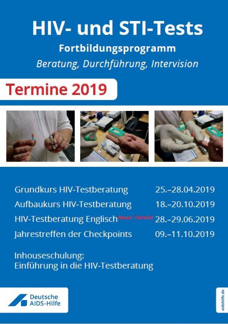 """Blauer Hintergrund. Drei Fotos mit verschiedenen Eindrücken eines HIV-Tests. Titel """"HIV und STI-Tests Fortbildungsprogramm 2019"""""""