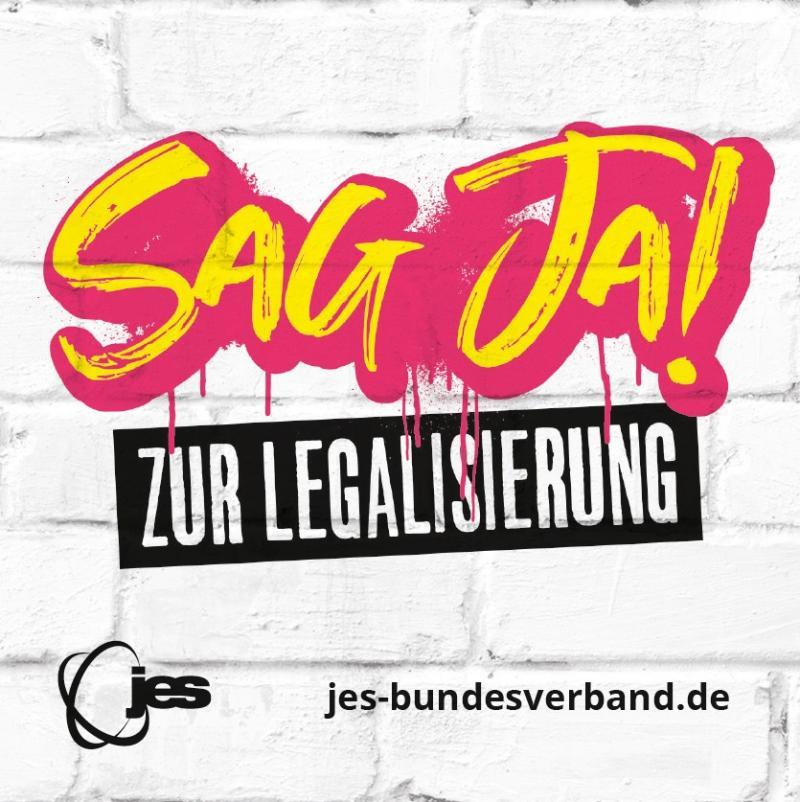 """Graffiti mit dem Text """"Sag Ja! Zur Legalisierung"""" auf weißer Wand."""