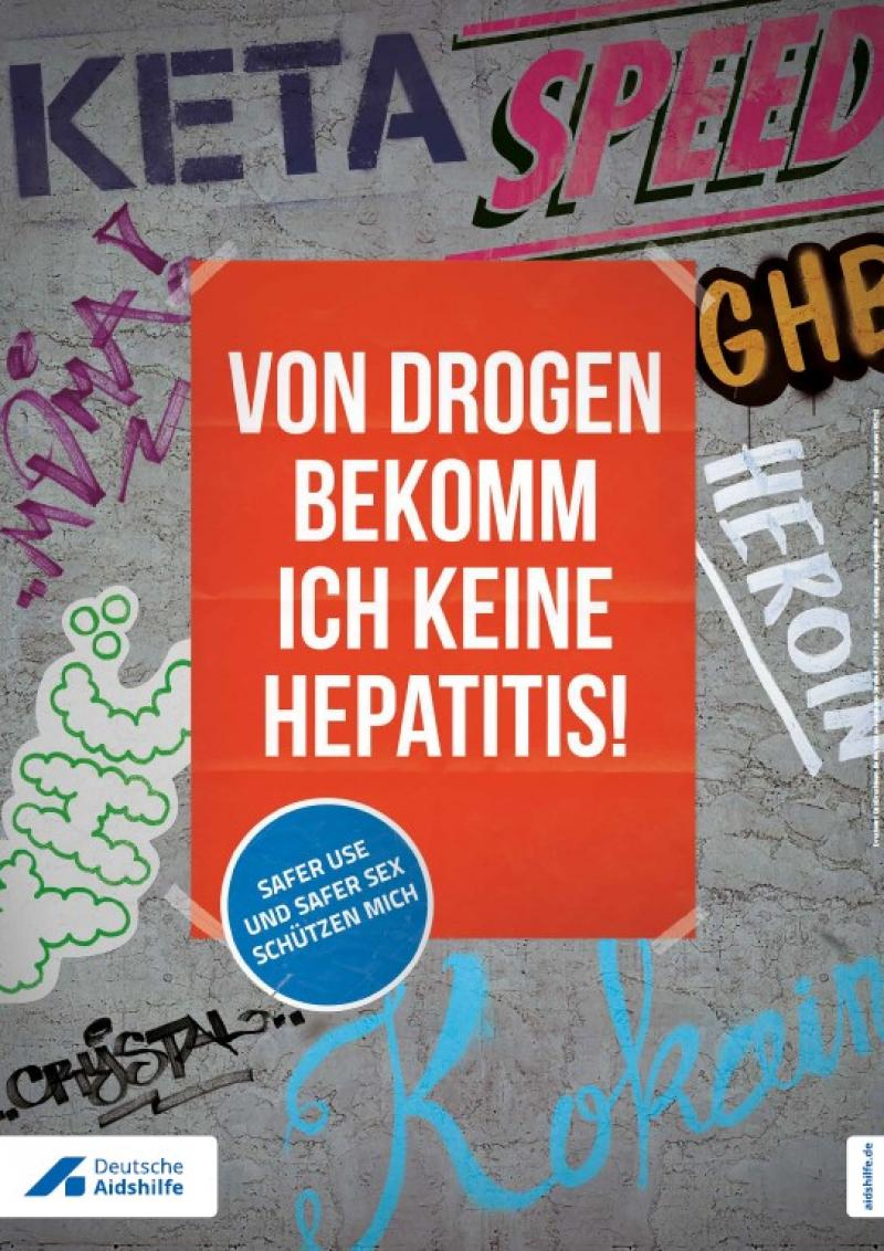 """Wand mit Grafiti im Hintergrund. Im Vordergrund die Aufschrift """"Von Drogen bekomme ich keine Hepatitis - Safer Sex und Safer Use schützen mich"""""""
