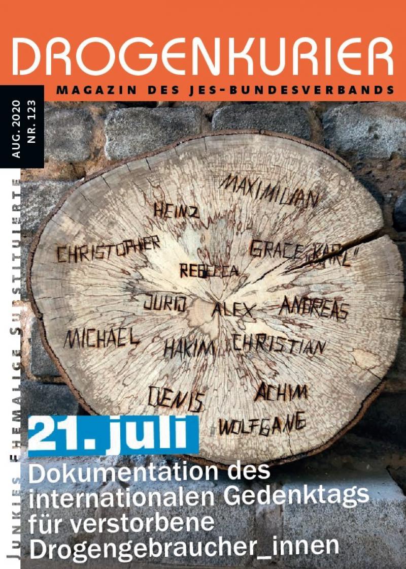 """Abbildung eines Baumstammes im Querschnitt mit Jahresringen, in den verschiedene Namen eingeschnitzt sind. Titel """"Drogenkurier Nr. 123 - Dokmentation zum 21. Juli"""""""