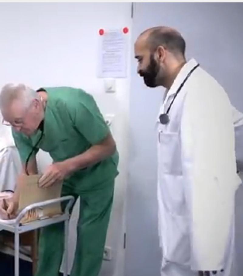 Ein Arzt betritt ein Krankenhauszimmer