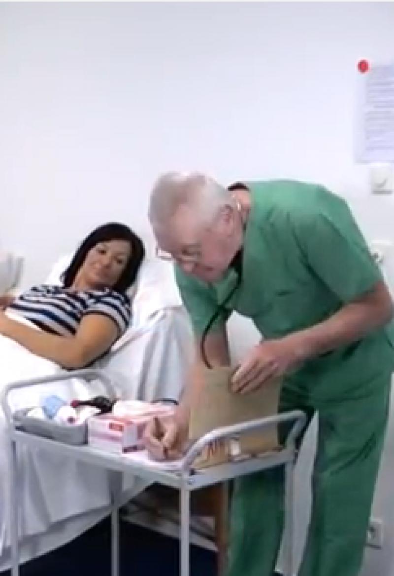 Ein Pfleger kümmert sich um eine Patientin im Krankenhaus