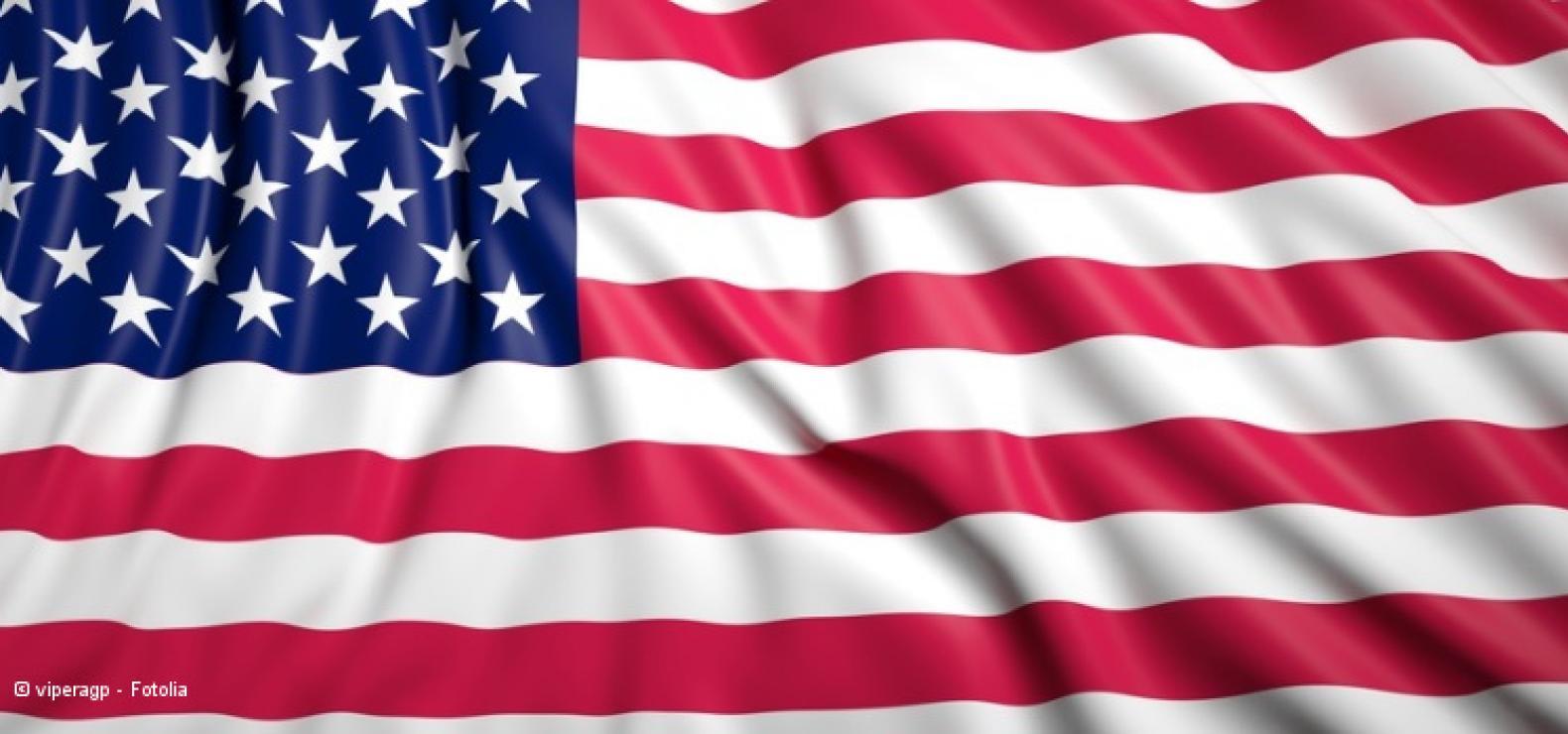 Flagge der USA mit Faltenwurf: rote und weiße Streifen und dazu links oben ein blaues Rechteck mit weißen Sternen