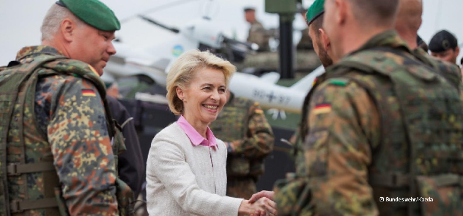 Bundesverteidigungsministerin Ursula von der Leyen schüttelt einigen Bundeswehrsoldaten die Hand.