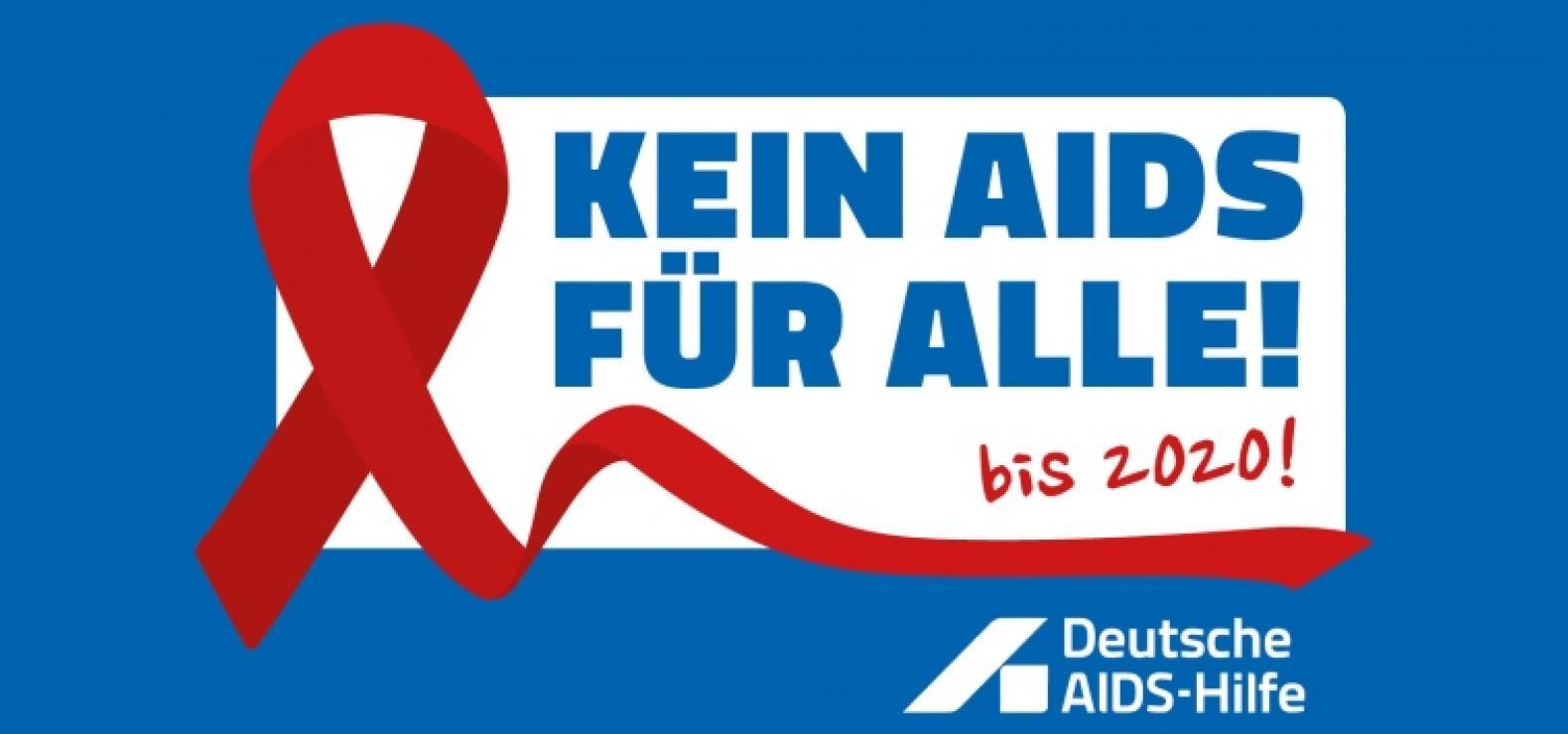 Ein weißer Kasten auf blauem Hintergrund mit dem Text: Kein Aids für alle! Bis 2020! Daneben eine rote AIds-Schleife, darunter der Schriftzug der Deutschen AIDS-Hilfe in weiß