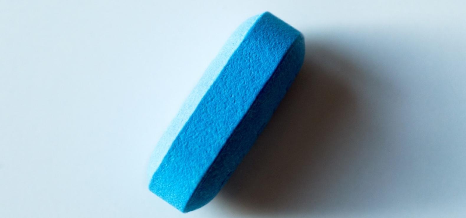 Blaue längliche Tablette, die auf ihrer Längskante liegt