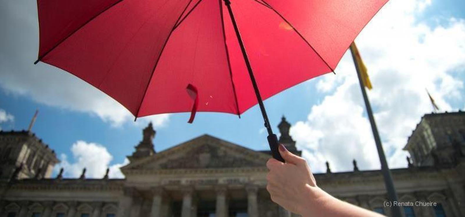 Roter Schirm über Reichstag