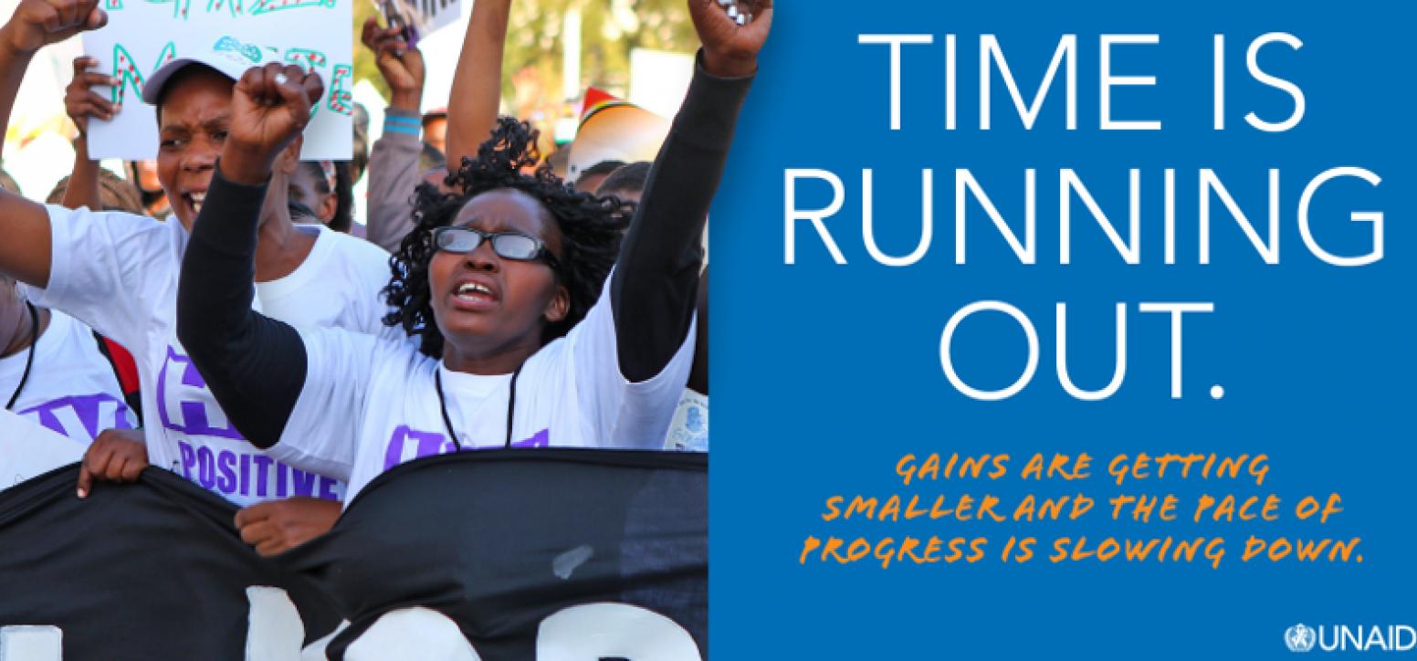 """Ein Foto mit Menschen auf einer Demonstration, die die Hände in die Luft strecken, rechts daneben der Text """"Time is running out"""" auf blauem Hintergrund"""