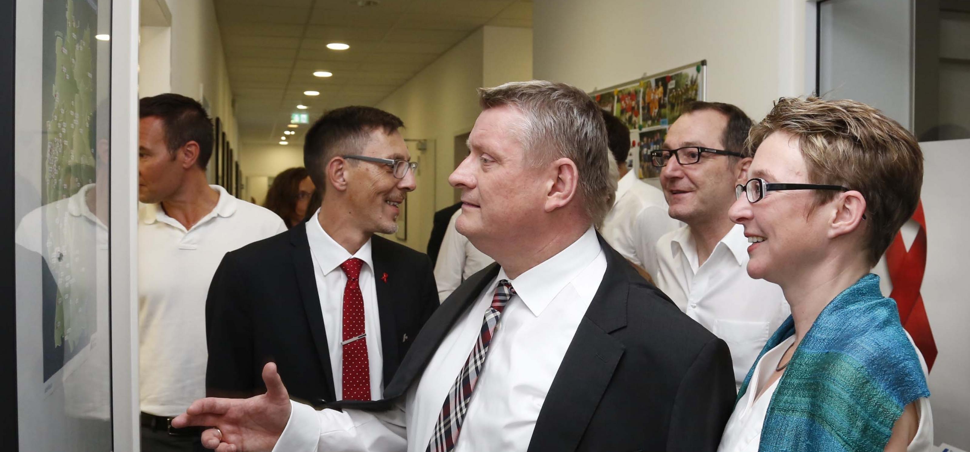Minister Gröhe besichtigt Plakate der Deutschen AIDS-Hilfe