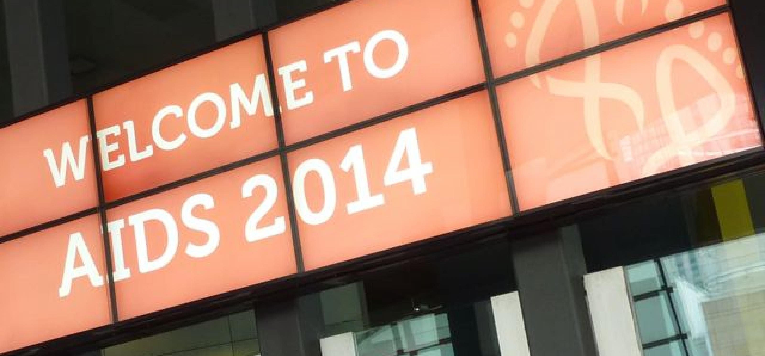 """Leuchtendes Schild mit dem Schriftzug """"Welcome to AIDS2014"""" über dem Eingang"""
