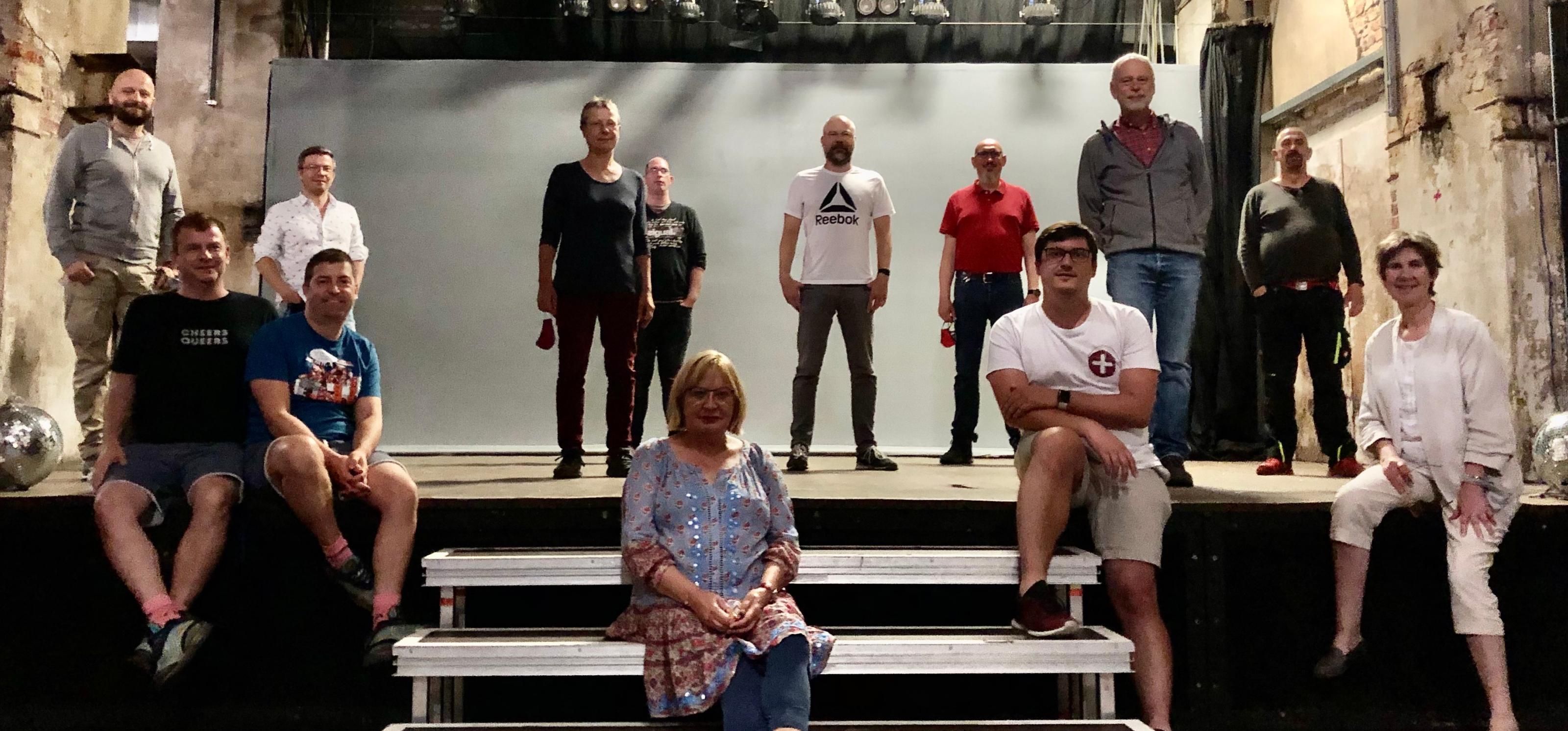 Menschen stehen auf einer Bühne