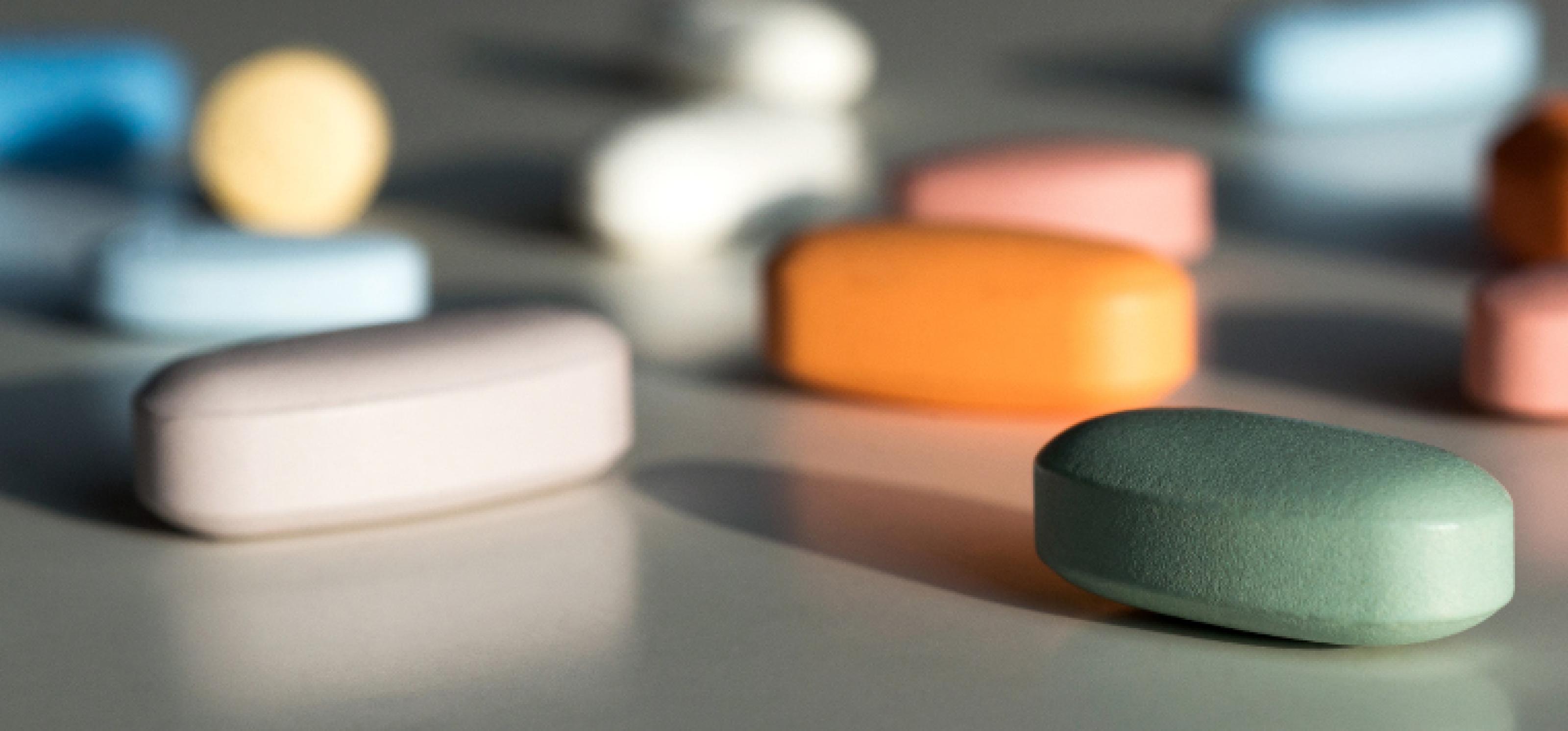 Eine Mischung von Medikamenten zur Behandlung von HIV liegen auf einem Tisch