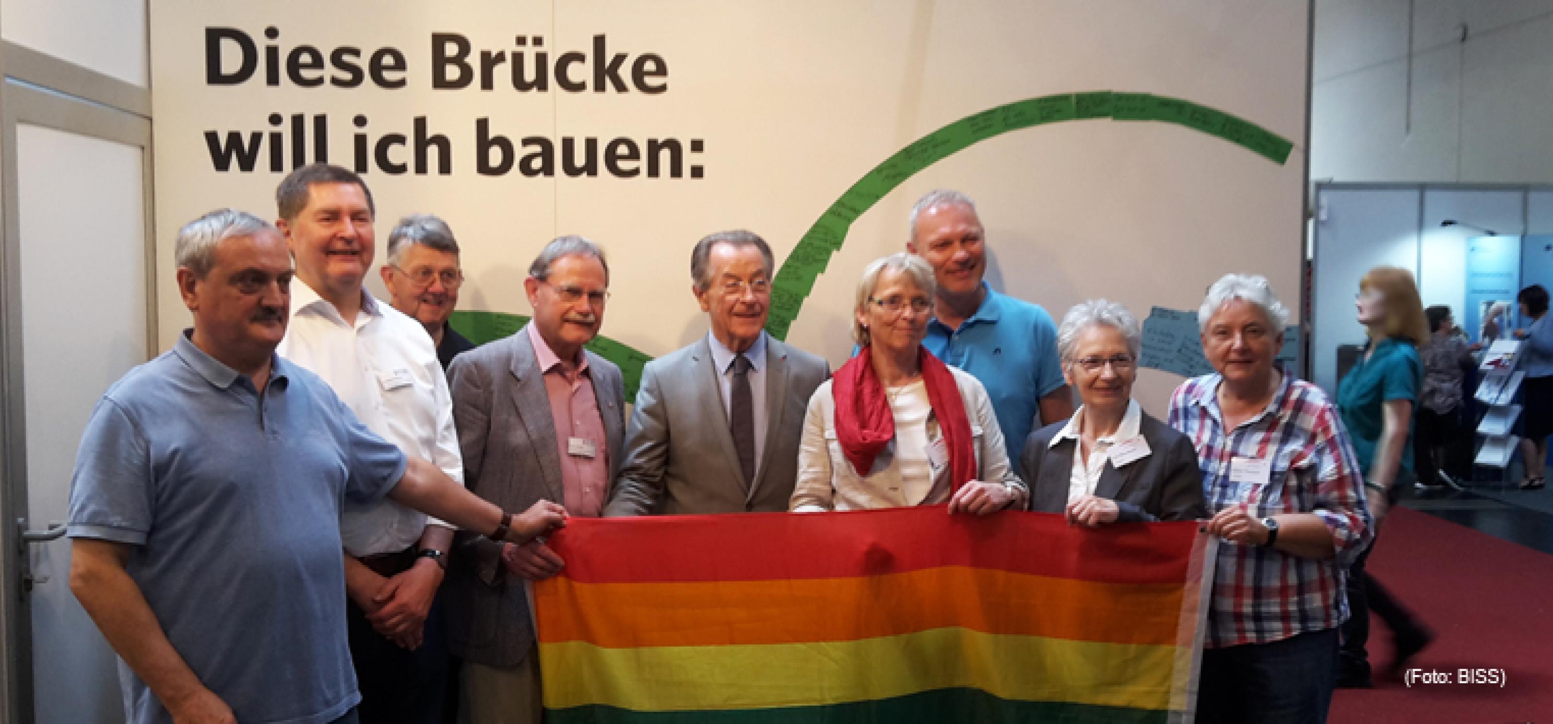 Der ehemalige Vizekanzler Franz Müntefering (SPD, 5. v. l.) und der Schauspieler Klaus Nierhoff (3. v. r.) mit Vertreter_innen älterer Lesben und Schwuler auf dem Deutschen Seniorentag