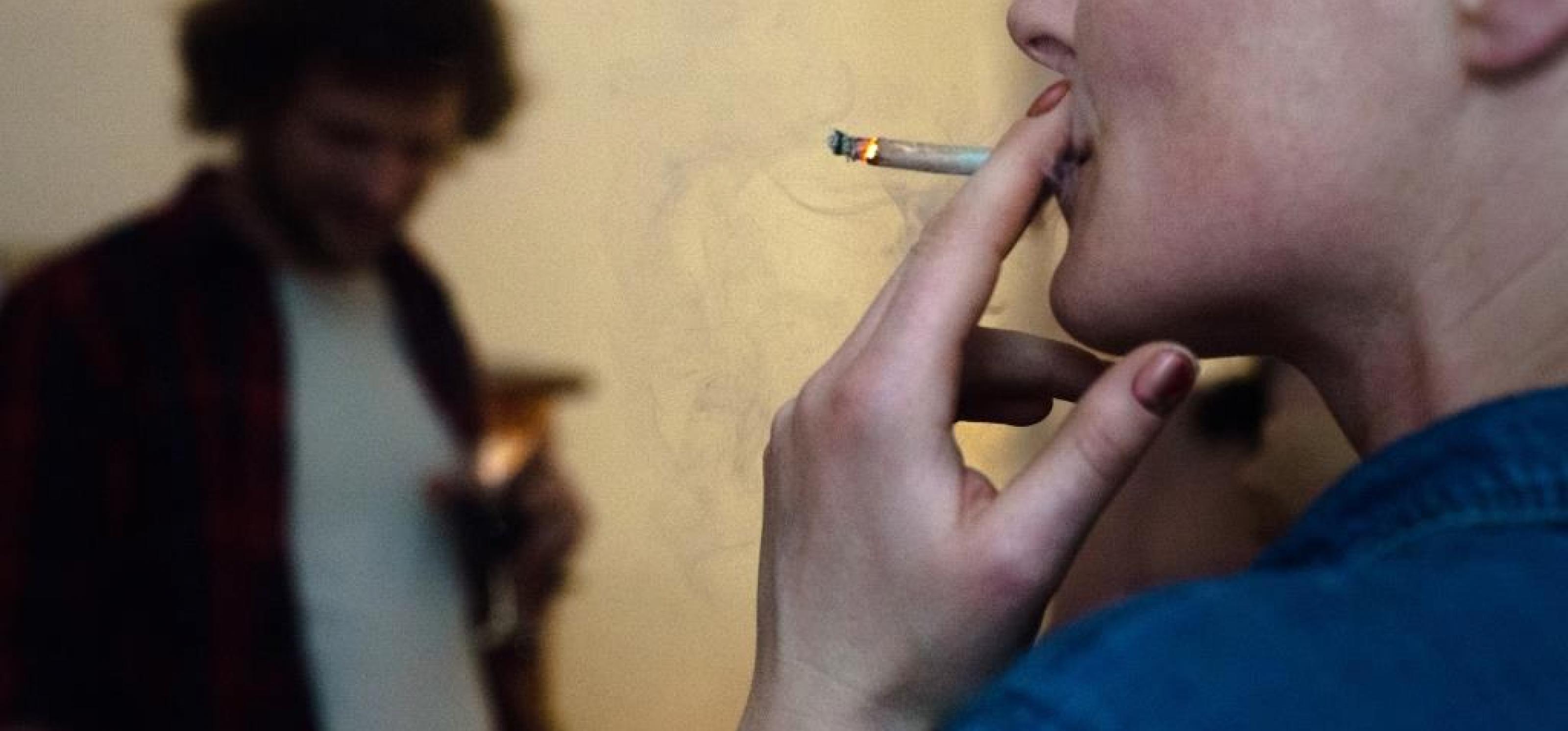 Eine Frau zieht an einem Joint