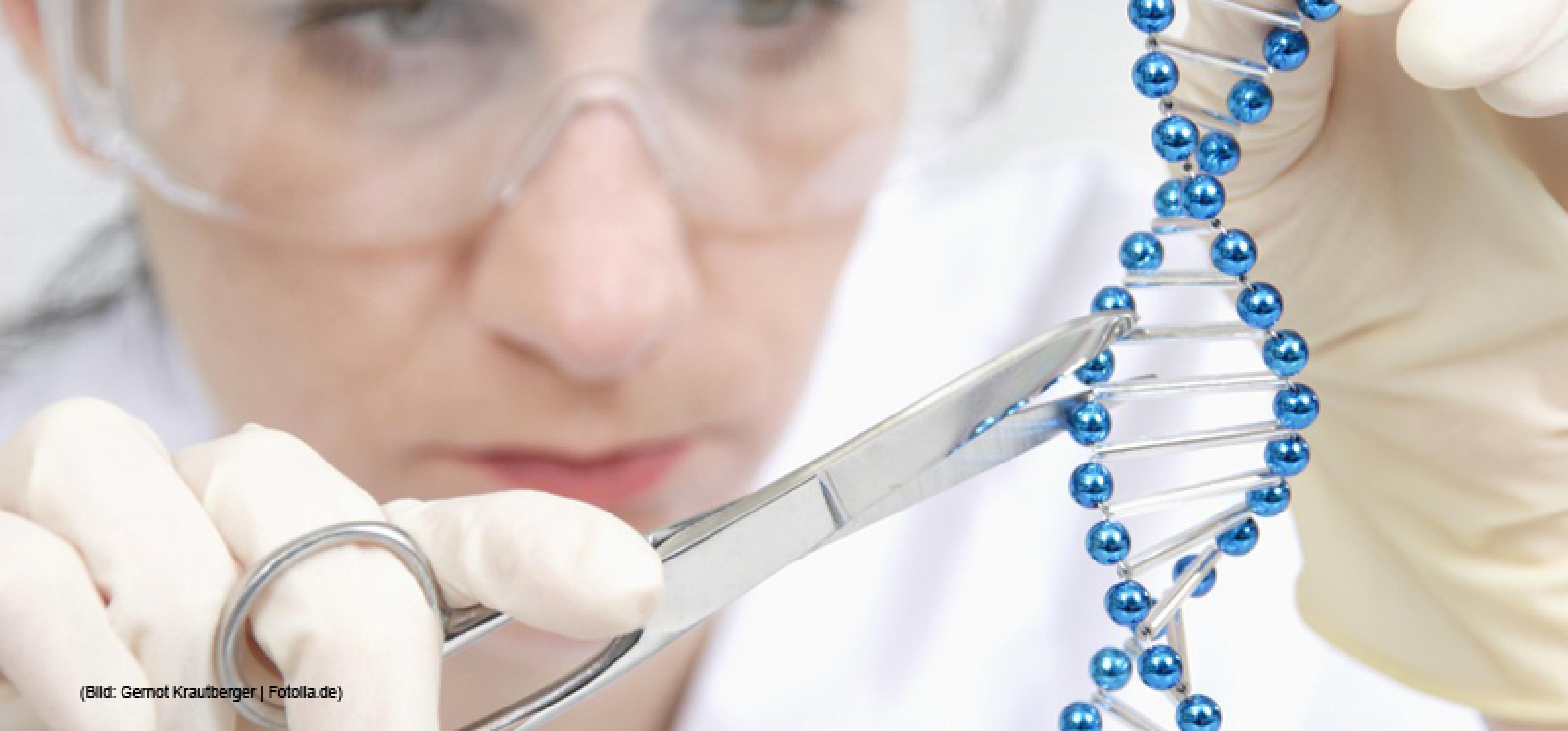 Frau in Laborbekleidung arbeitet mit Schere an einem DNA-Strang (Symbolbild)