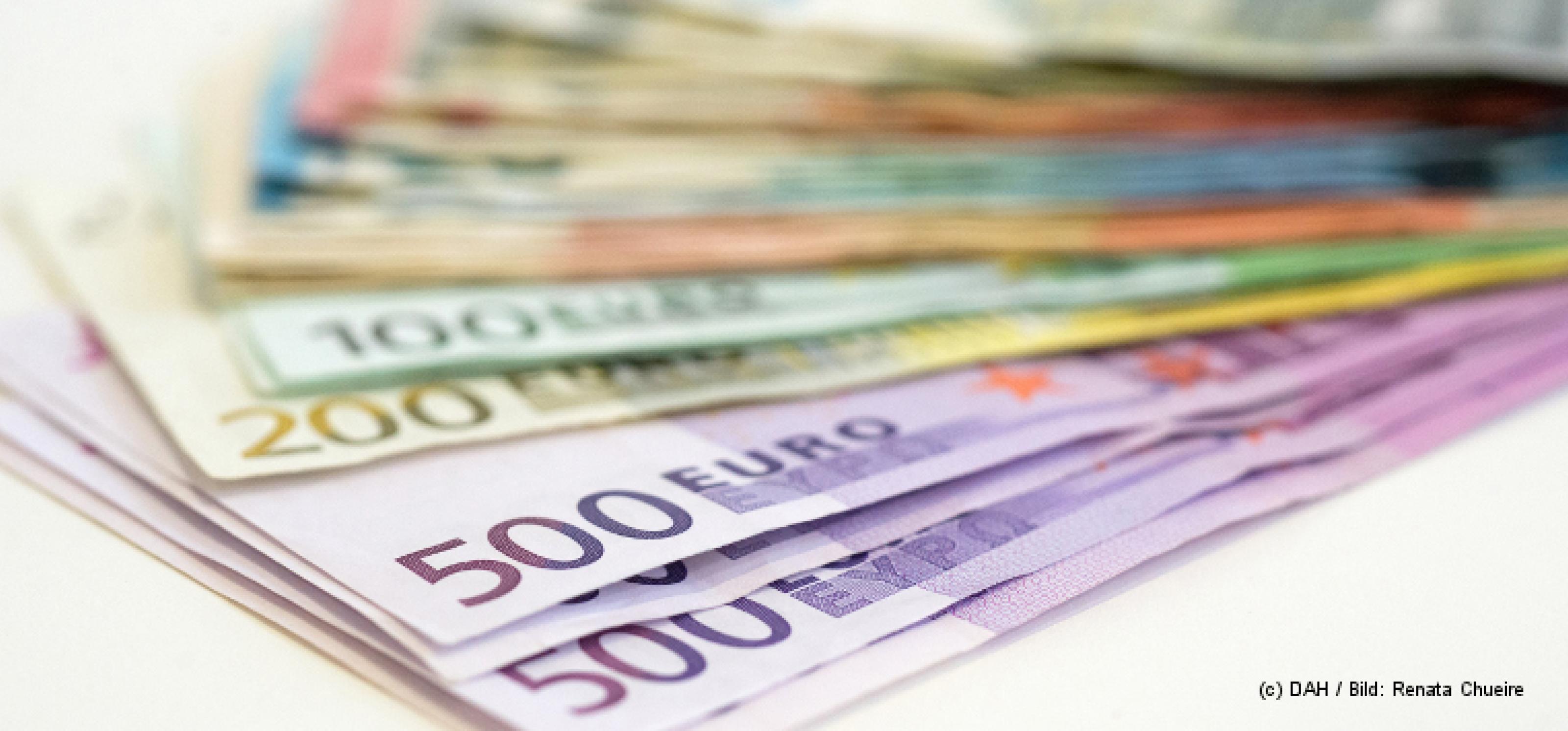 Aufgefecherte Euro-Geldscheine auf weißem Untergrund