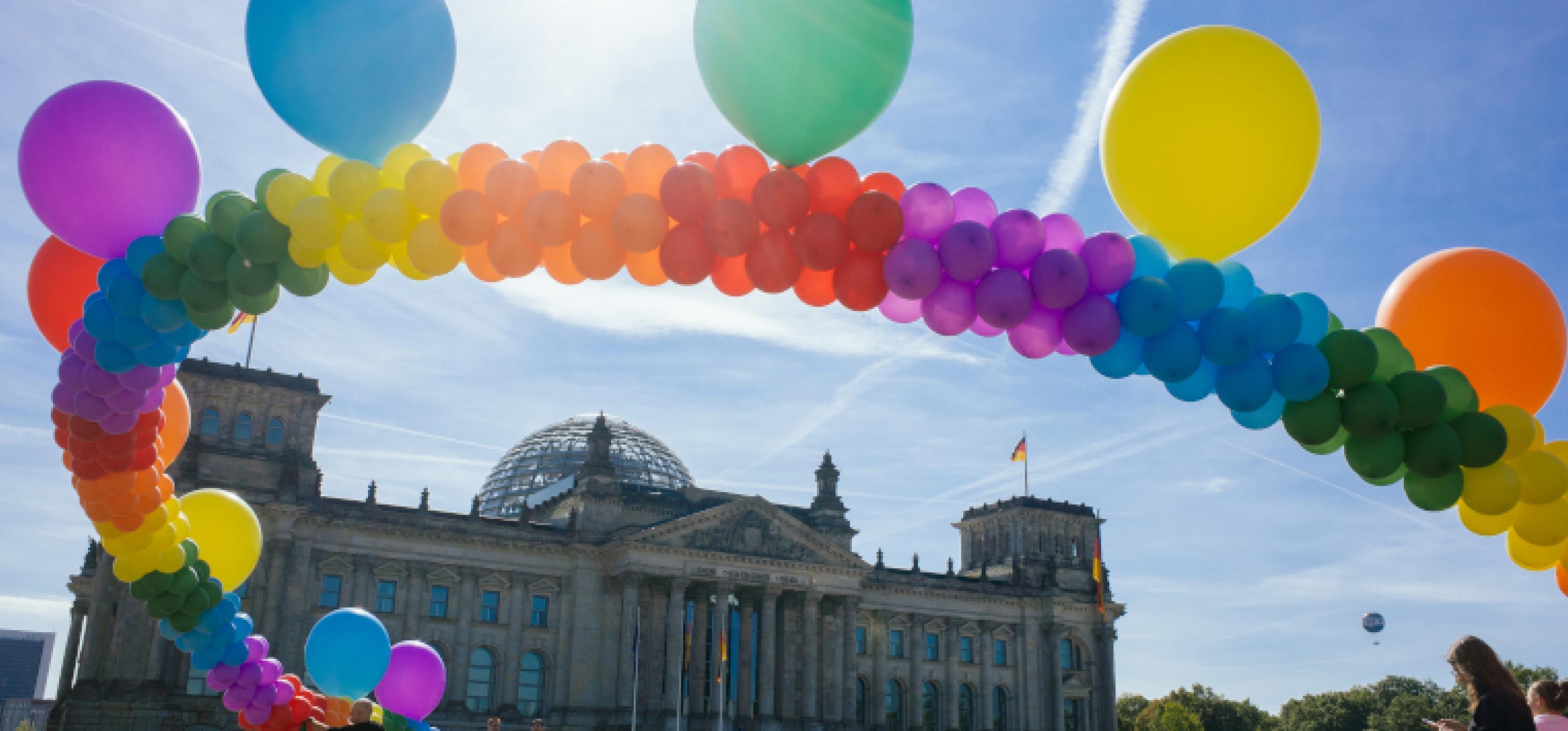 Über dem Reichstag weht eine Kette aus Luftballons in Regenbogenfarben