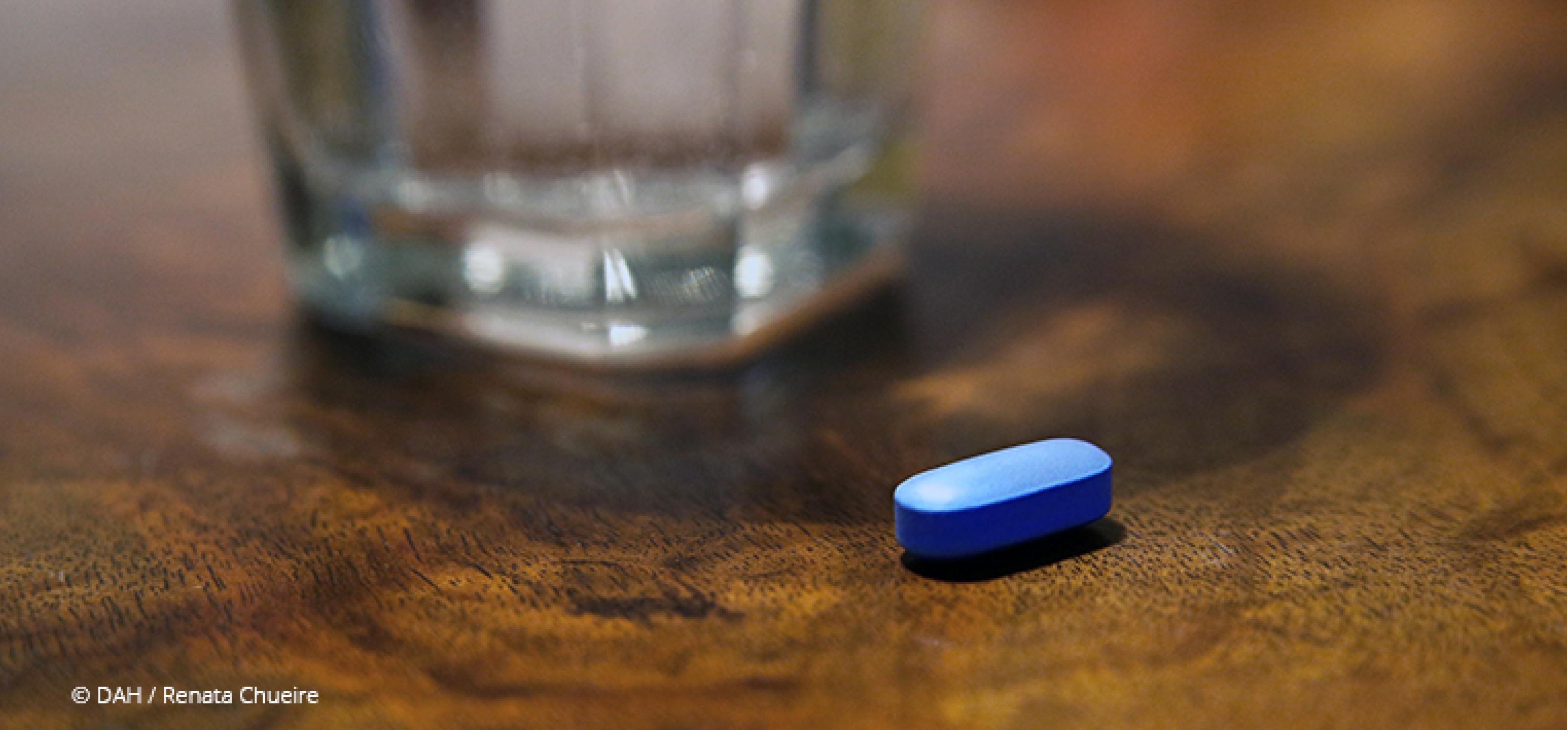 blaue Pille und ein Glas Wasser