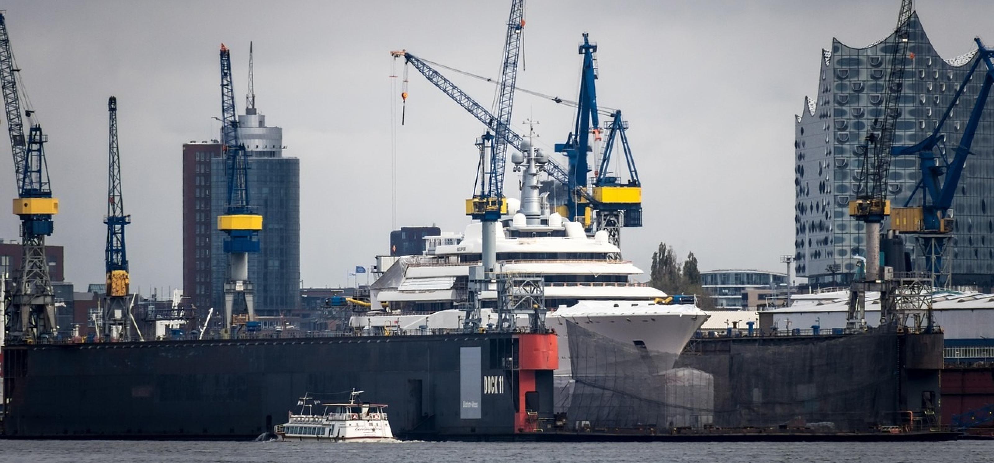 Kräne und Schiffe am Hamburger Hafen, im Hintergrund die Elbphilharmonie