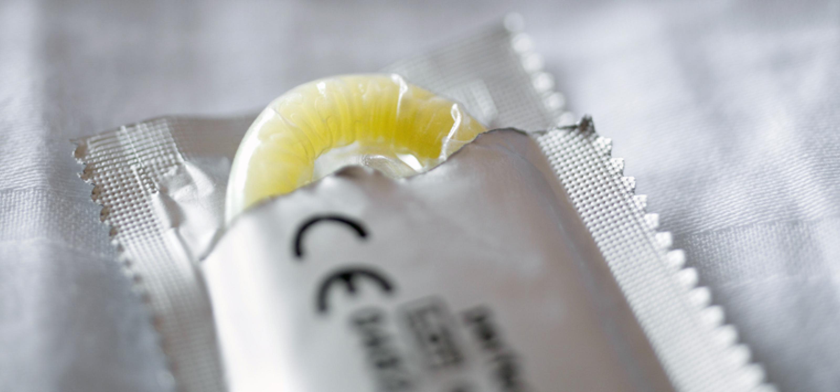 geöffnetes Kondom für Safer Sex