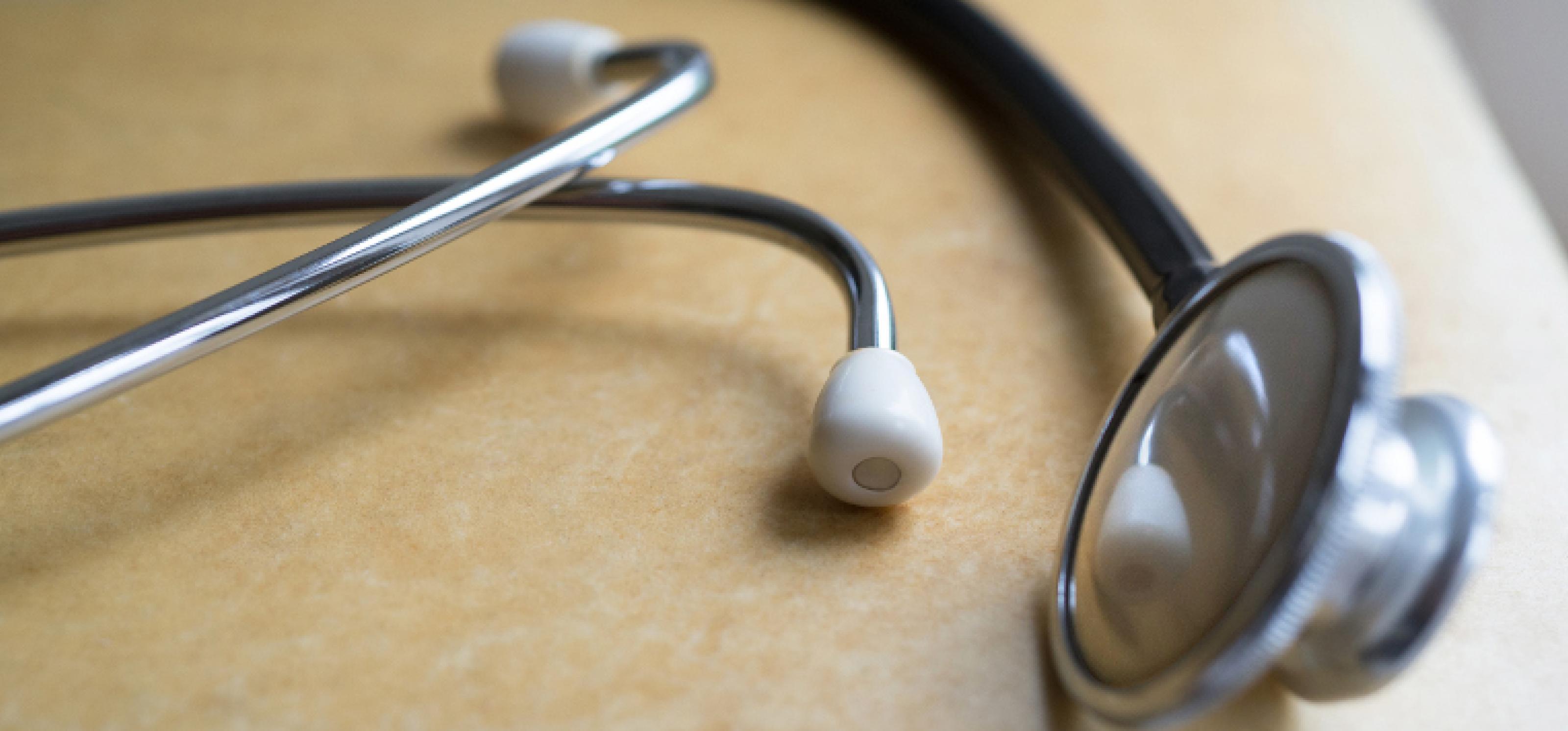 Ein Stethoskop liegt auf einem Arztkoffer