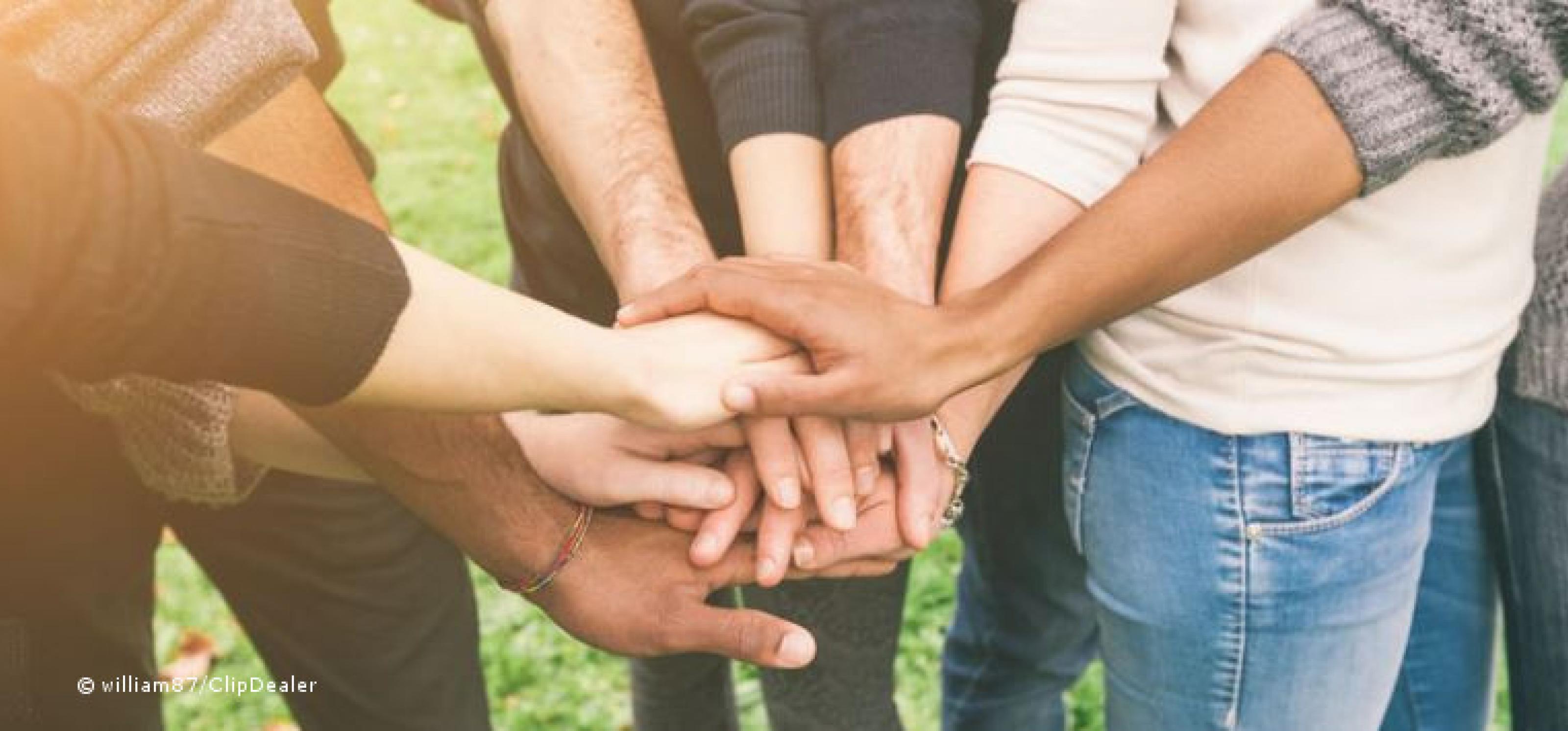 Viele verschiedene Hände greifen ineinander