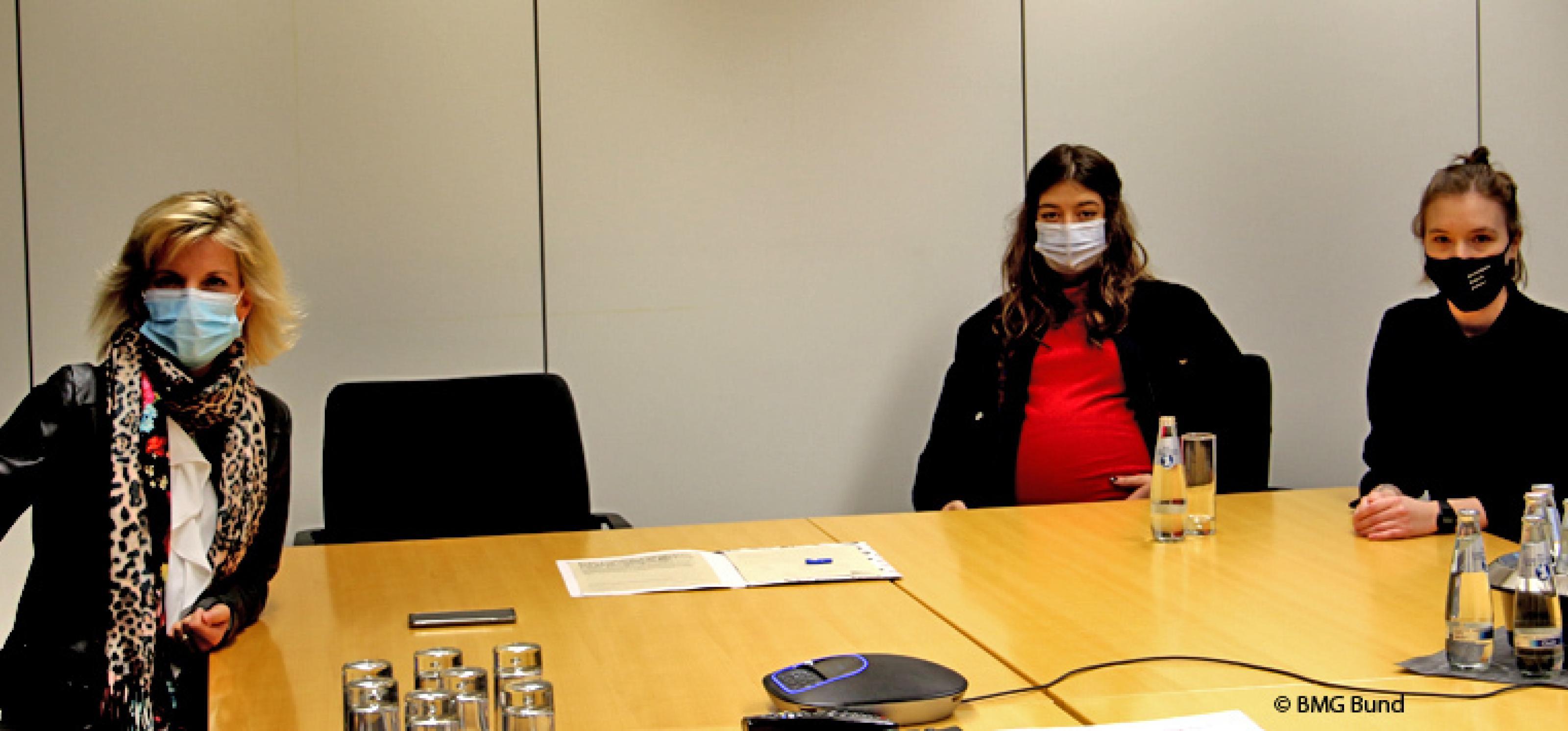 Von links nach rechts: Daniela Ludwig sowieZhana Jung und Philine Edbauer von der Initiative #mybrainmychoice für eine neue Drogenpolitik| © BMG Bund