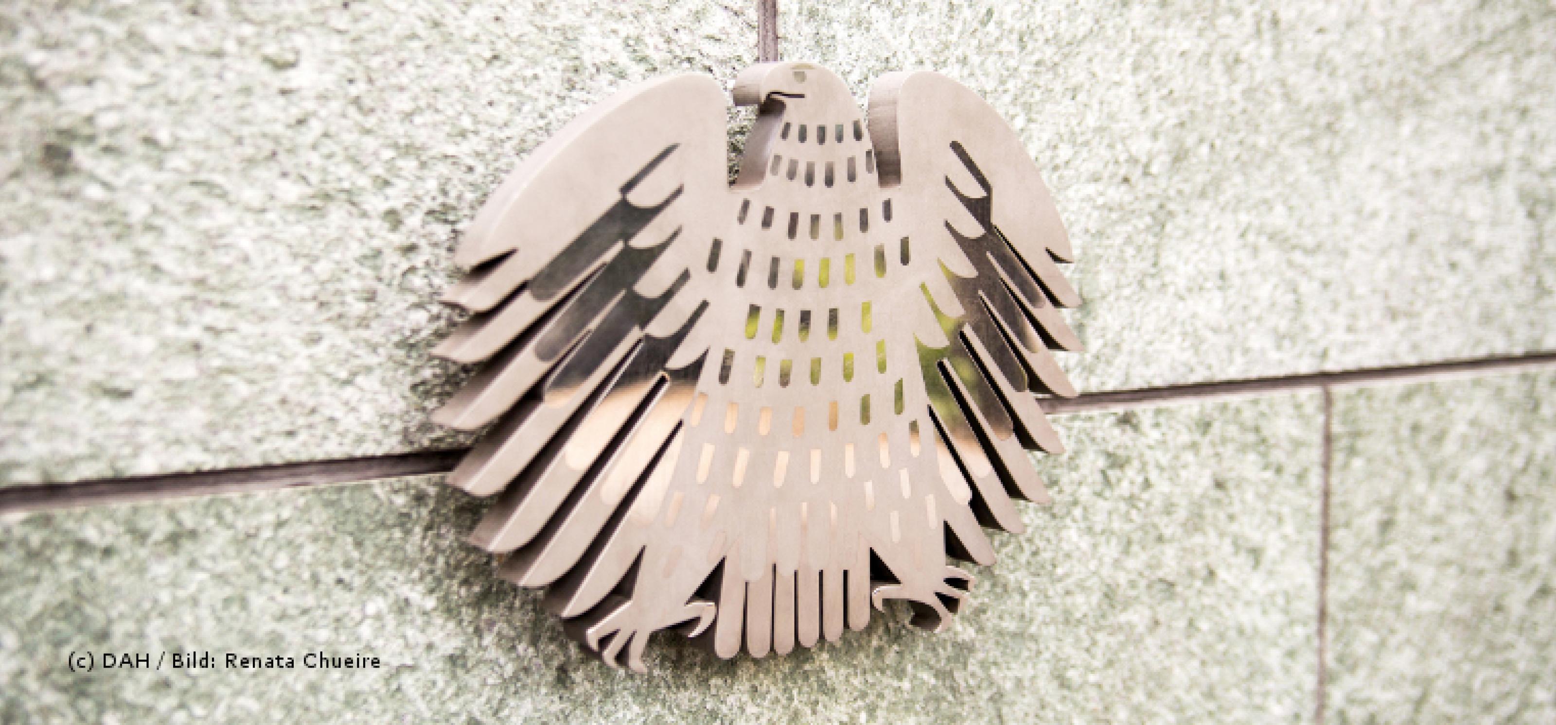 Bronzener Bundesadler auf Gebäudemauer