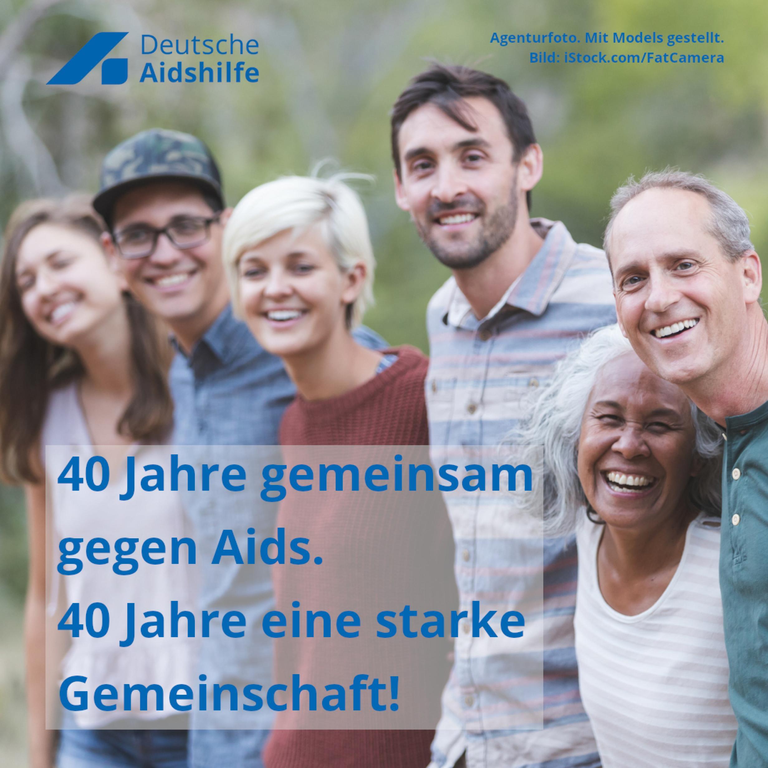 """Sechs Menschen unterschiedlichen Alters und Aussehens stehen nebeneinander und halten sich in den Armen. Davor der Text """"40 Jahre gemeinsam gegen Aids. 40 Jahre eine starke Gemeinschaft!"""""""