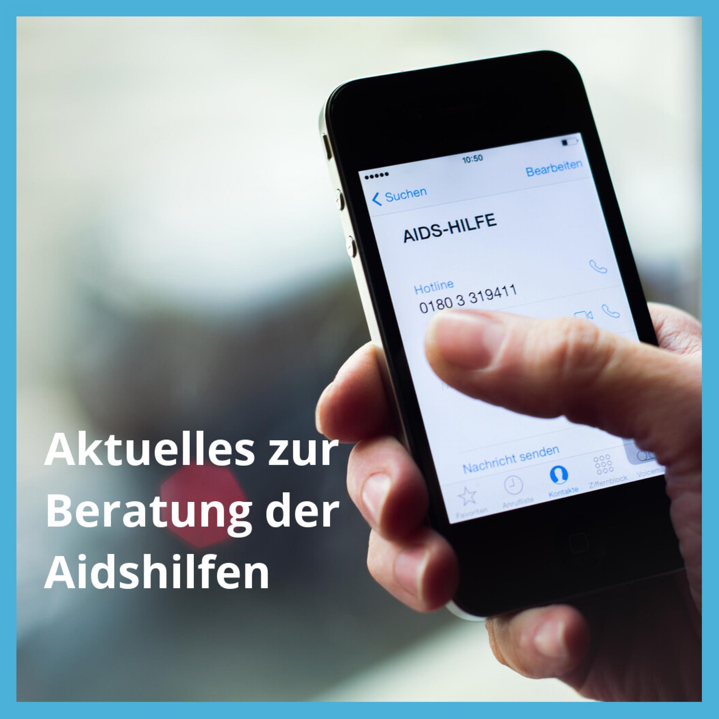 """Eine Hand hält ein Smartphone, auf dem die Telefonnummer der Aidshilfe erscheint, über dem Foto steht der Text """"Aktuelles zur Beratung der Aidshilfen"""""""