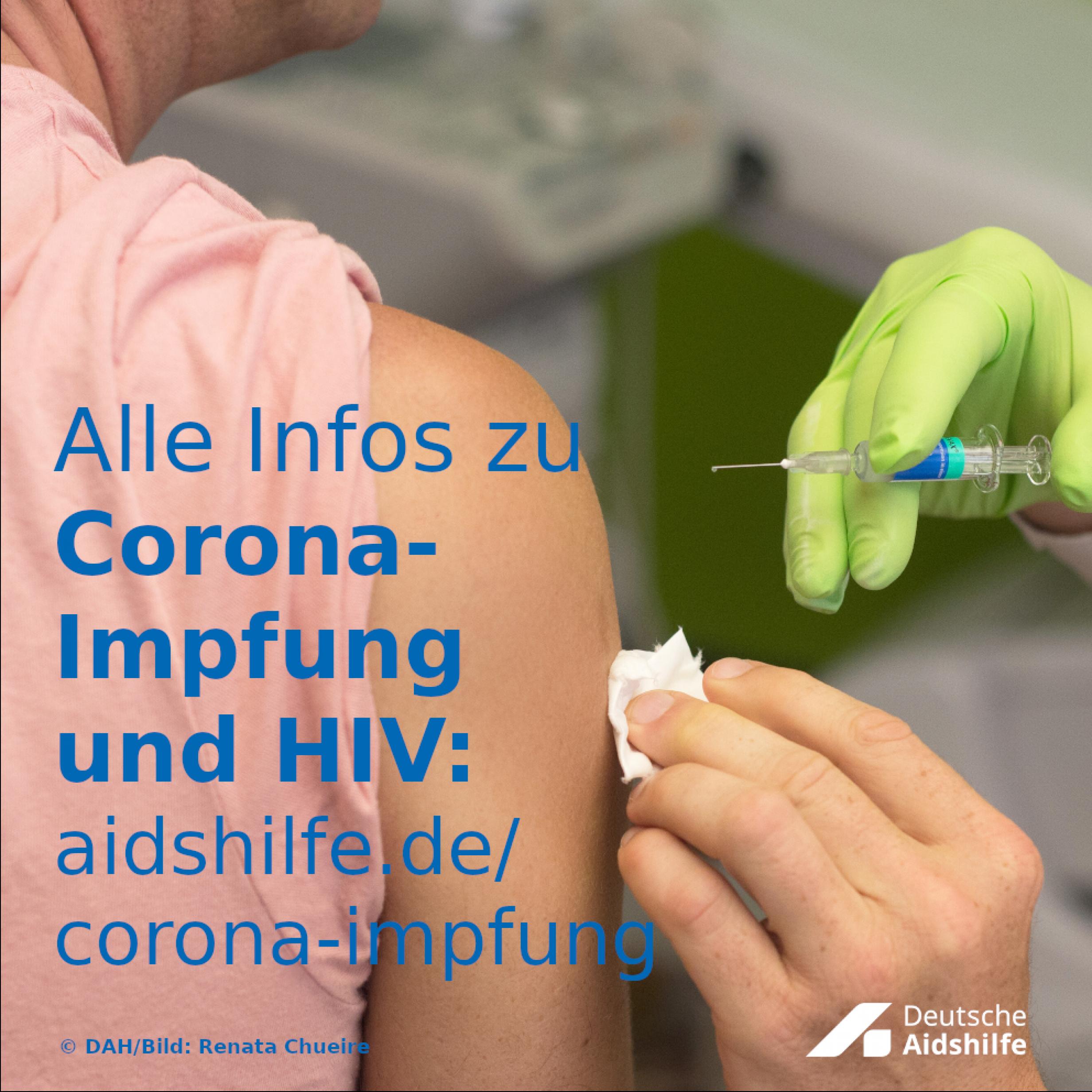 Eine Person bekommt eine Spritze in den Oberarm. Davor der Text: Alle Infos zu Corona-Impfung und HIV: aidshilfe.de/corona-impfung